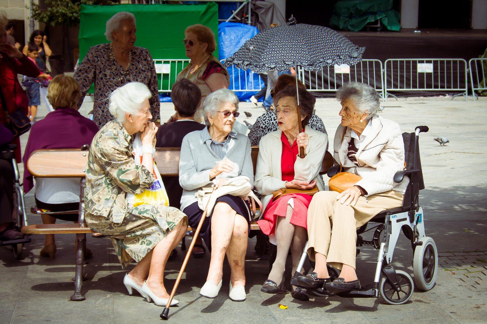 Creșterea speranței de viață aduce, în multe țări europene, o presiune adițională pe sistemele publice de pensii. Multe guverne au decis să crească vârsta de pensionare, corelând pragul cu speranța de viață. Sursă foto: Shutterstock